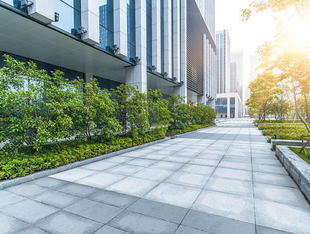 grünen büro block von shagnhai - vorgarten landschaftsbau stock-fotos und bilder