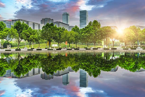 grünen büro block von shanghai - vorgarten landschaftsbau stock-fotos und bilder