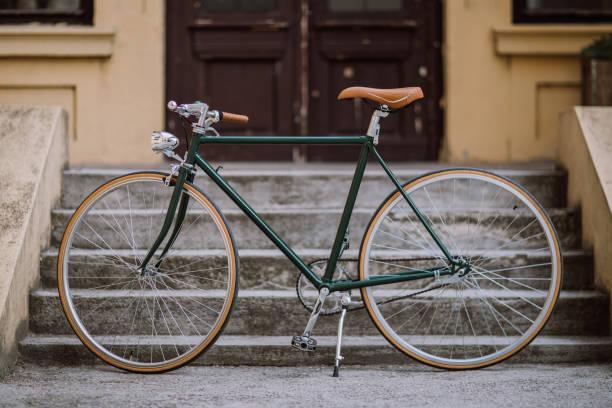bicicleta antigua verde - bastidor de la bicicleta fotografías e imágenes de stock