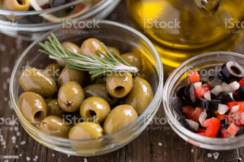 Olives vertes dans le bol de salade de légumes servi pour collation - Photo de Agriculture libre de droits