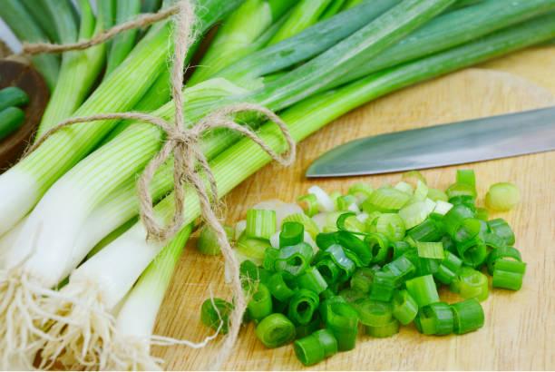 groene uien of lente-uitjes - bosui stockfoto's en -beelden