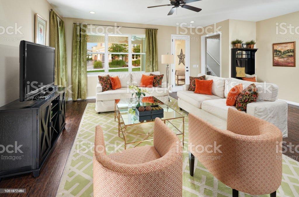 Ein Grün Orange Und Weiß Wohnzimmer Mit Hufeisen Geformte ...