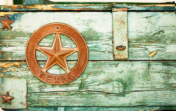 grüne farbe peeling auf holzschachtel mit texas star - houston texas stock-fotos und bilder