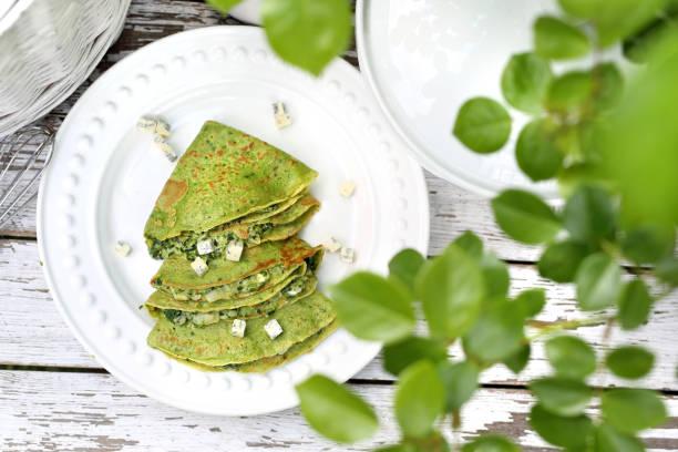 Grüne Pfannkuchen mit Spinat und Blaukäse – Foto
