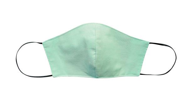 grüne pastell tuch gesichtsmaske isoliert auf weißem hintergrund mit clipping-pfad. aufgrund des mangels an medizinischen schutzmasken während der coronavirus -pandemie (covid-19) tragen gesunde menschen stattdessen baumwollmasken. - weißer hintergrund stock-fotos und bilder