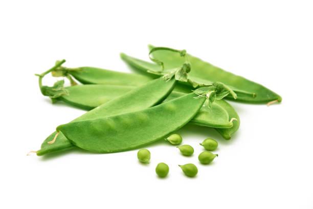 los guisantes verdes en primer plano - vaina fotografías e imágenes de stock