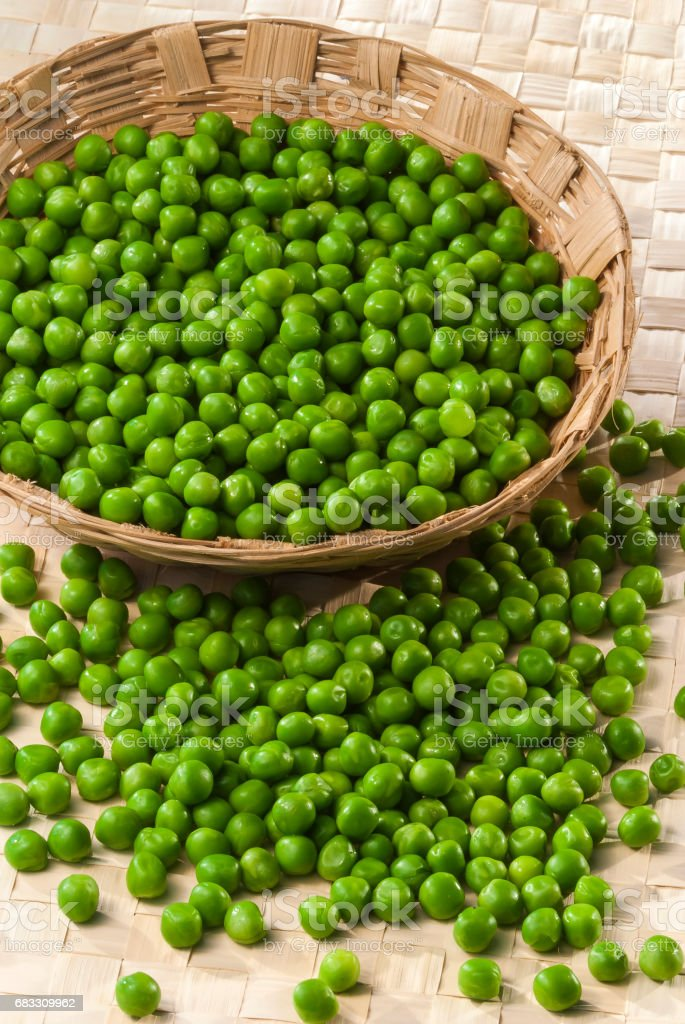 Green Peas in wooden bamboo basket foto stock royalty-free