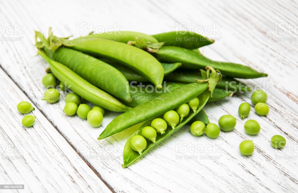 green peas on a table foto stock royalty-free