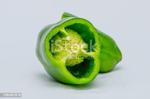 Foto de  pimentão verde no fundo Branco