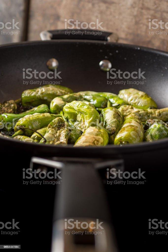 Green Peppers Padron Preparation in the Frying Pan - Zbiór zdjęć royalty-free (Antipasto)