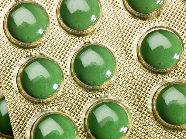 green tabletten auf blisterpackung - grüner tee kapseln stock-fotos und bilder