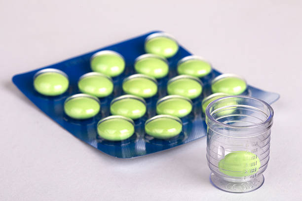 green tabletten in blase - grüner tee kapseln stock-fotos und bilder