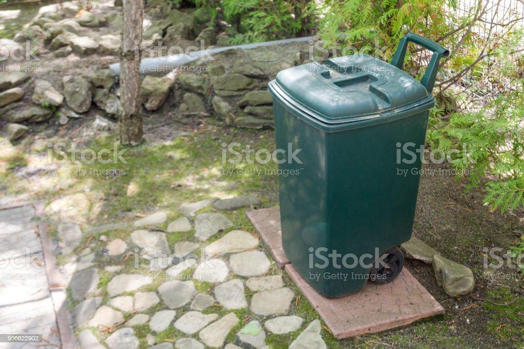 Grüne Kunststoff Garbge Bin Im Garten Einzelne Müllcontainer Stehen