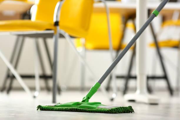 grüne kunststoff-mop - hausmeister stock-fotos und bilder