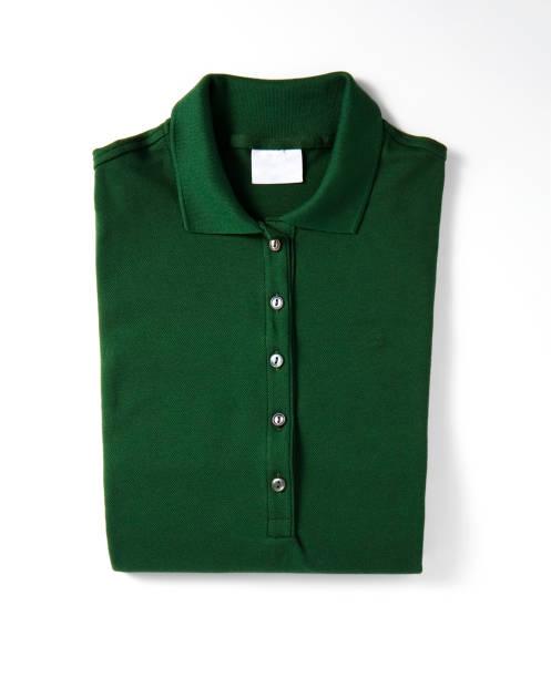 Grünes Polo-T-Shirt auf weißem Hintergrund isoliert – Foto