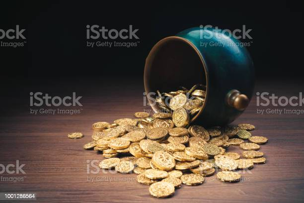 Green pot of gold on top of gold coins picture id1001286564?b=1&k=6&m=1001286564&s=612x612&h=cjuhmu9 iiy90acywqt1obei6ijn0hekk ouotqvpes=