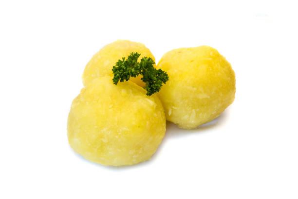 grüne kartoffelknödel isoliert auf weißem hintergrund - salzkartoffel stock-fotos und bilder