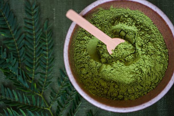 green powder heap isolated on white background - spirulinabakterie bildbanksfoton och bilder