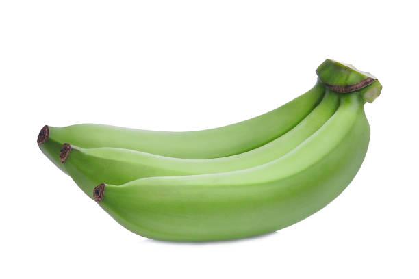 흰색 배경에 고립 된 녹색 원시 바나나 - 플렌틴 바나나 뉴스 사진 이미지