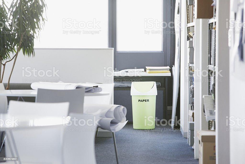 Vert poubelle de recyclage dans le bureau photo libre de droits