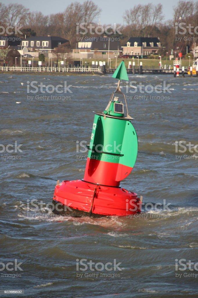 groen rood gestreepte boei te splitsen van de waterwegen in de Nieuwe Waterweg op de haven van Rotterdam tijdens storm foto