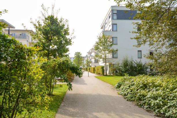 Grünes Wohngebiet mit Mehrfamilienhäusern in der Stadt, Europa – Foto