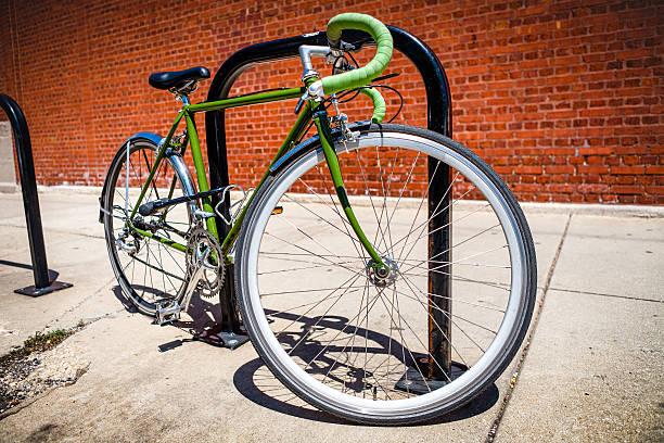 green road fahrrad u-locked für fahrradträger - fahrradhalter stock-fotos und bilder