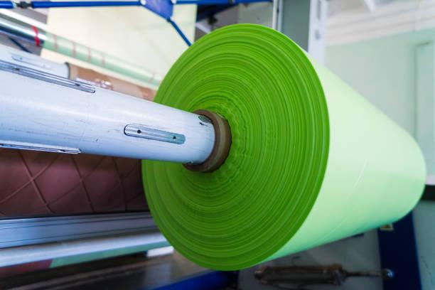 green roll von polyethylen oder polypropylen taschen - polypropylen stock-fotos und bilder
