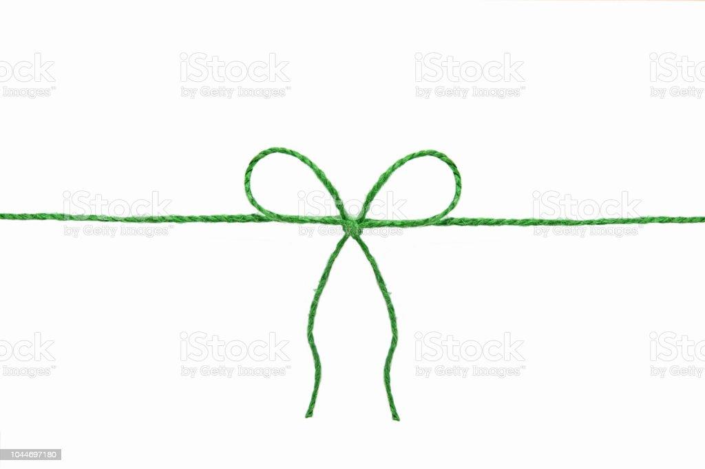 Yeşil ip ortasındaki beyaz bir arka plan üzerinde izole bir yay ile stok fotoğrafı