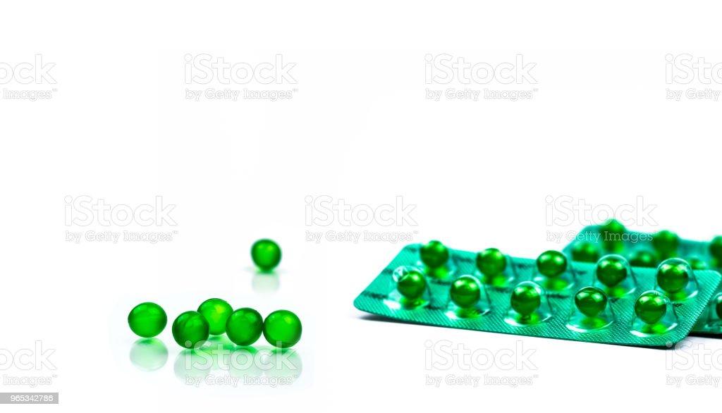 그린 라운드 흰색 배경 복사 공간에 고립 된 소프트 캡슐 알 약. 아유르베다 의학은 소화 불량, 가스, 산 성도 대 한입니다. 인도에서 Mentha 오일, 스피어 민트 오일에서 만든 약초 - 로열티 프리 0명 스톡 사진