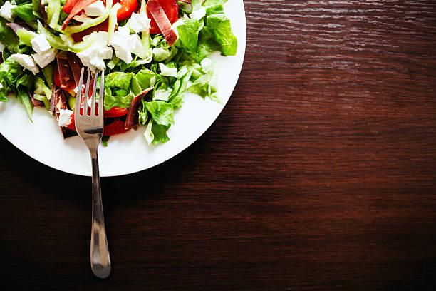 Grüner Salat auf einem Holztisch Nach oben – Foto