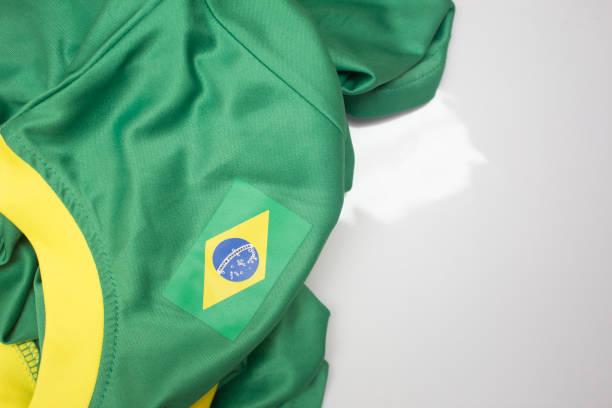 Camisa verde com gola branca e a bandeira do Brasil - foto de acervo