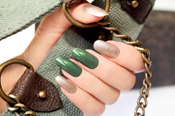 green silver-maniküre. - nageldesign trend stock-fotos und bilder