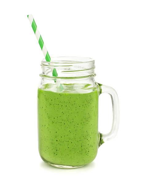 grünen smoothie in einem gefäß becher isoliert - einmachglassmoothie stock-fotos und bilder