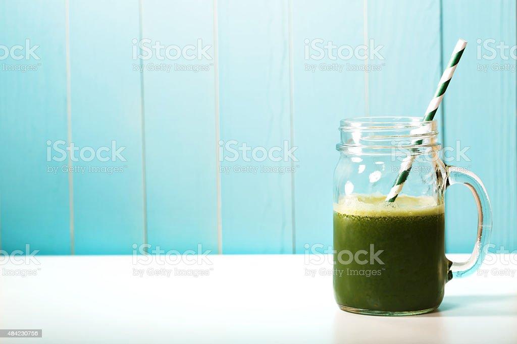 smoothie vert dans un pot masons en paille de papier o - Photo