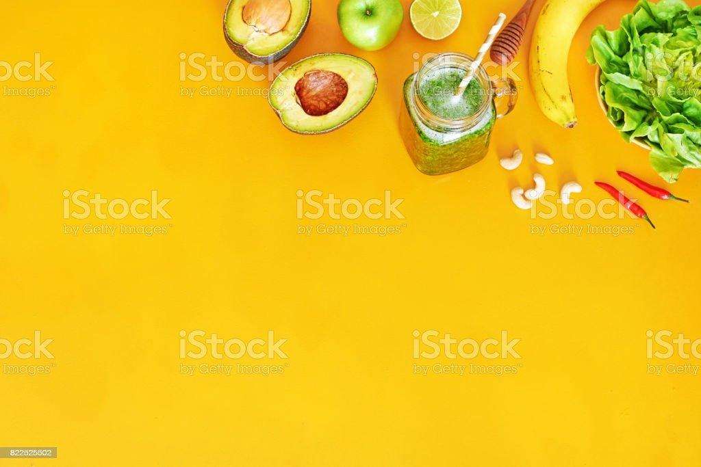 Grüner Smoothie Zutaten auf gelbem Grund mit Textfreiraum. – Foto