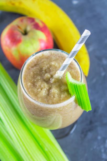 grüner smoothie mit sellerie, banane und apfel - bananeneis stock-fotos und bilder