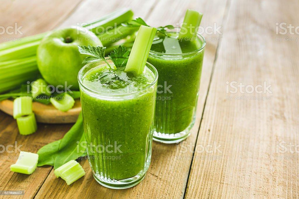 Verde batido con apio, espinacas y manzana - foto de stock