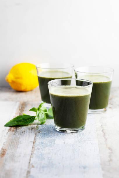 smoothie vert, antioxydant, jus de désintoxication, jus de citron, jus d'épinards - cold pressed photos et images de collection