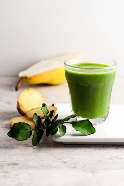 smoothie vert, boisson, antioxydant, jus de désintoxication - cold pressed photos et images de collection