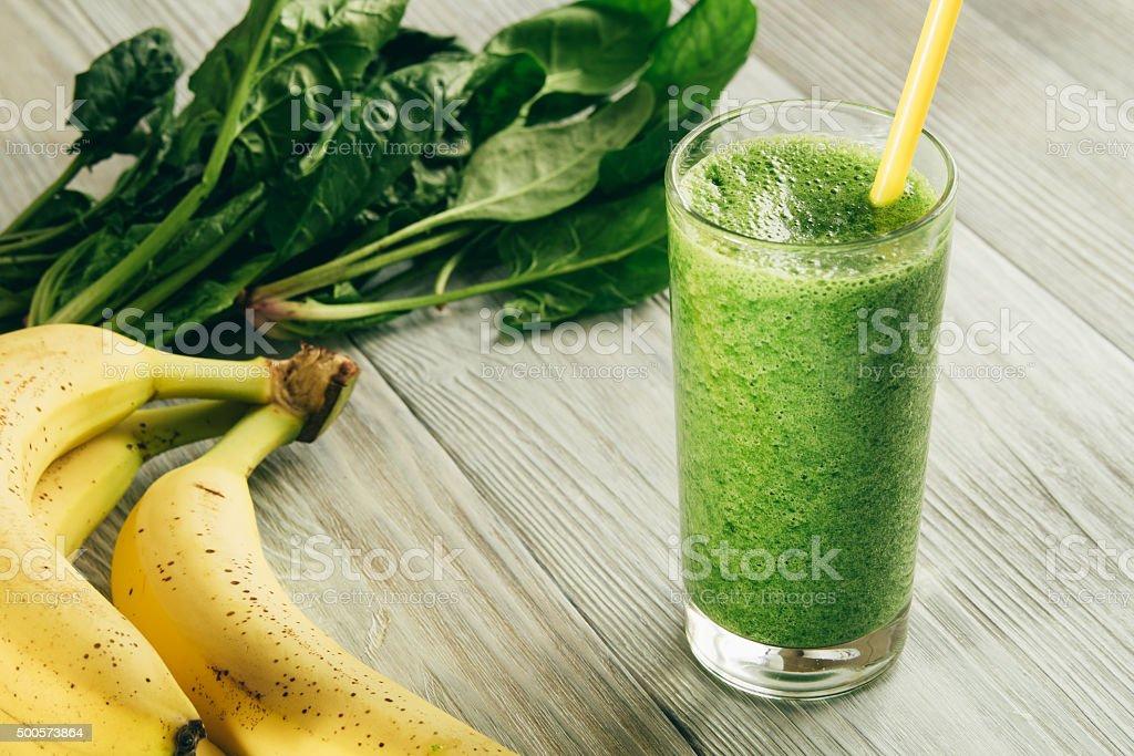Vert Smoothies d'épinards et à la banane dans un verre - Photo