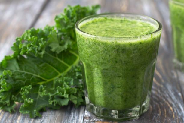 Grüne Smoothies mit Grünkohl, Banane und Zitrone – Foto