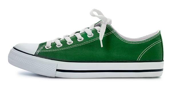 Green Sneaker auf einem weißen Hintergrund. – Foto