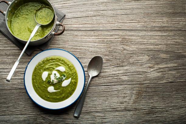 grün-suppe - spinatsuppe stock-fotos und bilder
