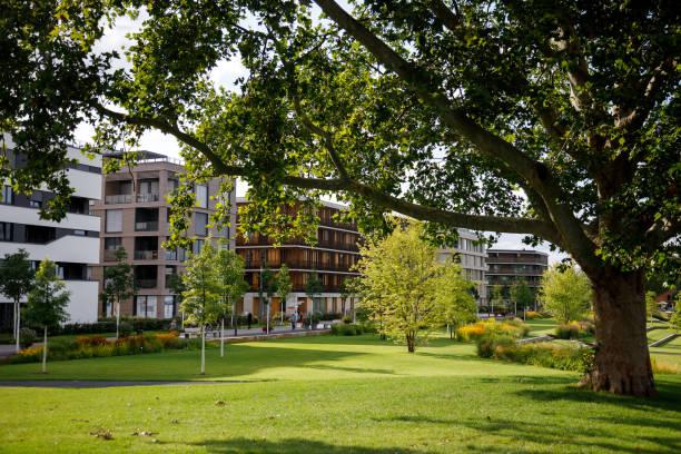 Grünfläche mit Baum und Rasen in einem modernen Bereich während der Bundesgartenschau 2019 BUGA Heilbronn – Foto