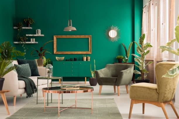 grüne wohnzimmer interieur - kupferfarbe stock-fotos und bilder
