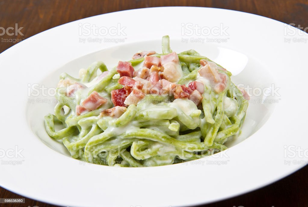 green spaghetti pasta with bacon and cream photo libre de droits