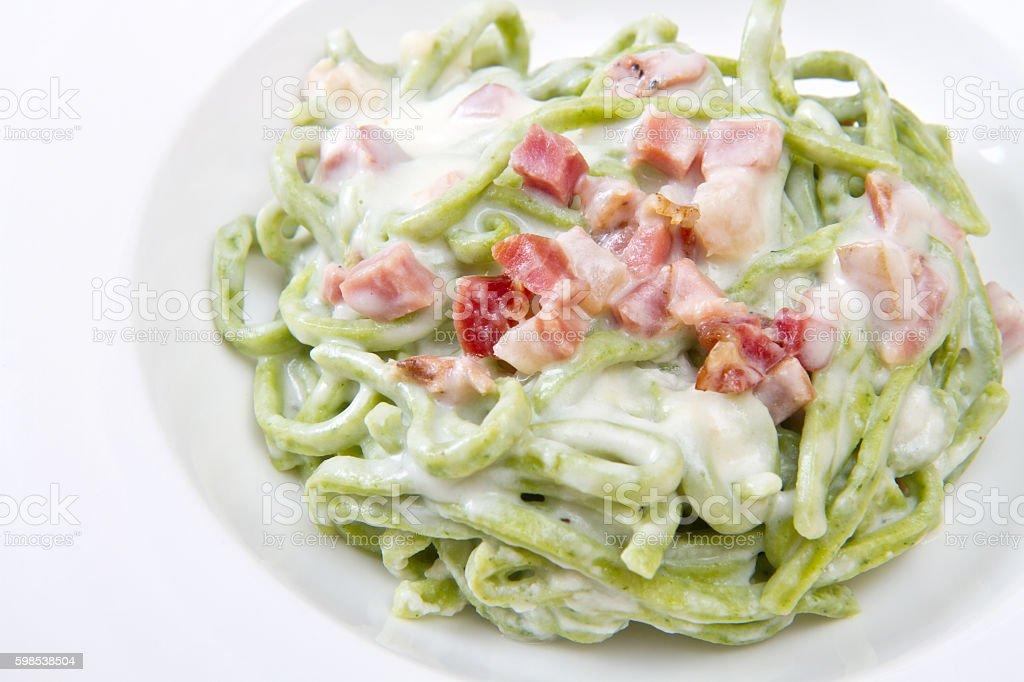 green spaghetti pasta with bacon and cream photo libre de droits