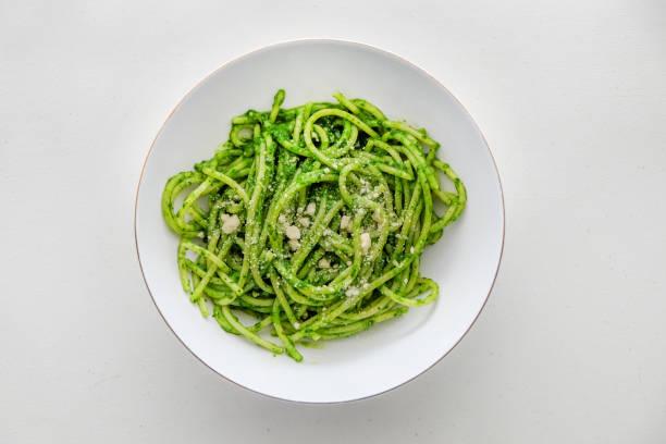 green spaghetti - spaghetti mit spinat stock-fotos und bilder