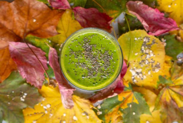 Grüner Spinat-Smoothie auf Blatthintergrund – Foto